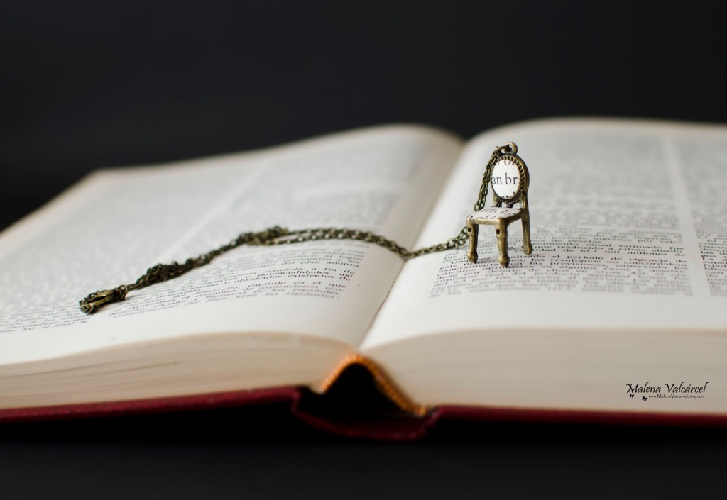 editura-contour-Alice in Wonderland tiny chair necklace